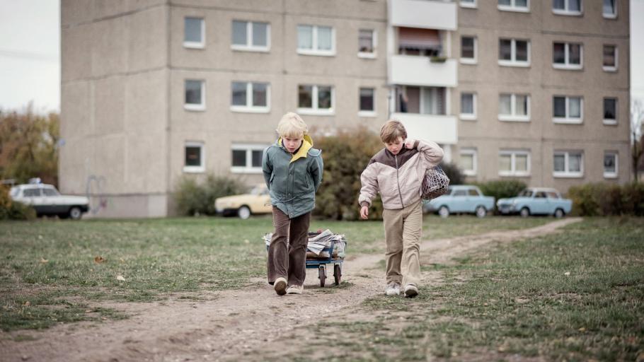 https://www.felixabraham.de/files/gimgs/th-34_04_druebenland_kurzfilm_standfoto.jpg